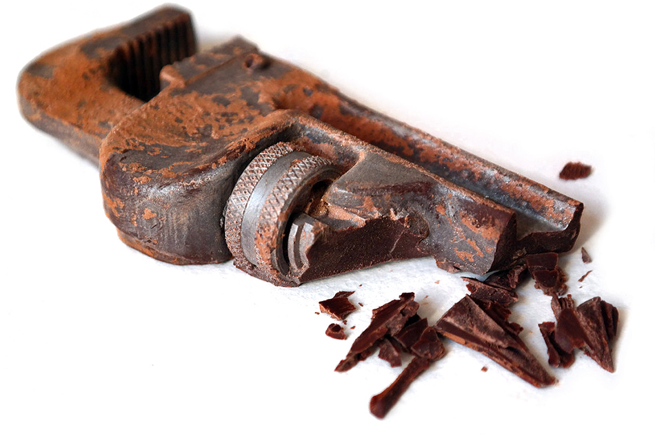 Шоколадные фигуры в виде инструментов