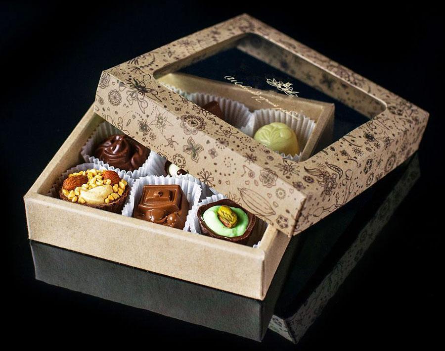Подарочные конфеты в упаковке с окошком