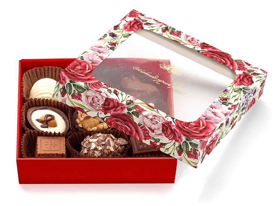 Конфеты в подарочной коробке с окошком