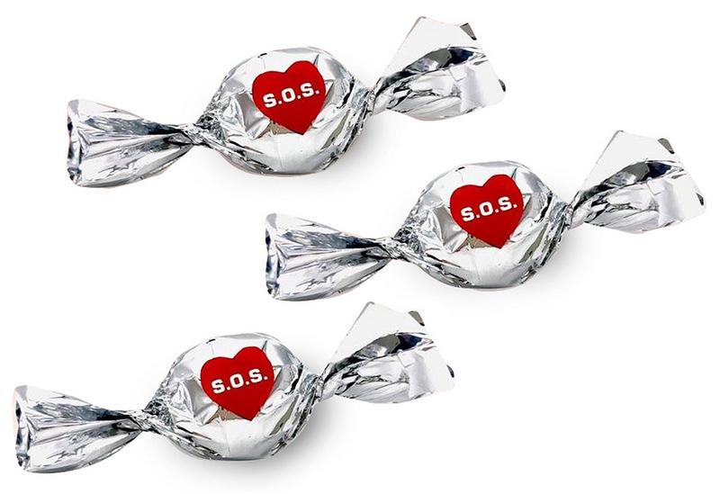 Шоколадные конфеты в пластиковой завертке с логотипом SOS