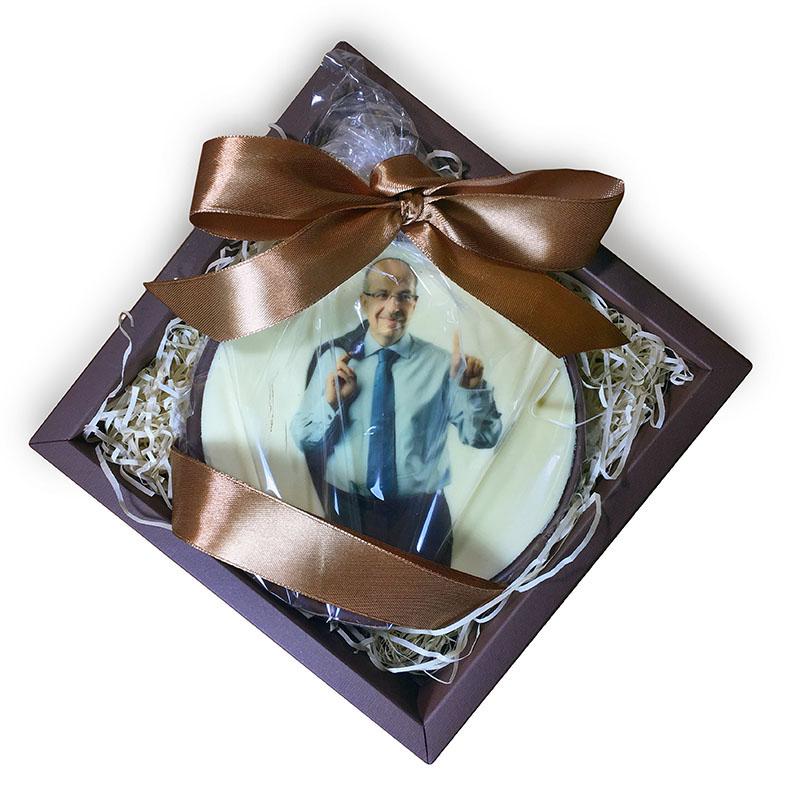 Большая шоколадная медаль с портретом маркетолога Игоря Манна. Диаметр 20 см, вес 400 г