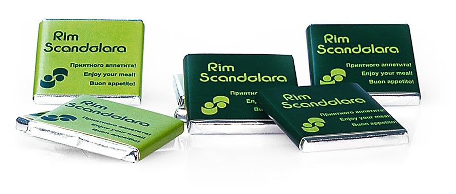 Небольшие плитки шоколада с логотипом