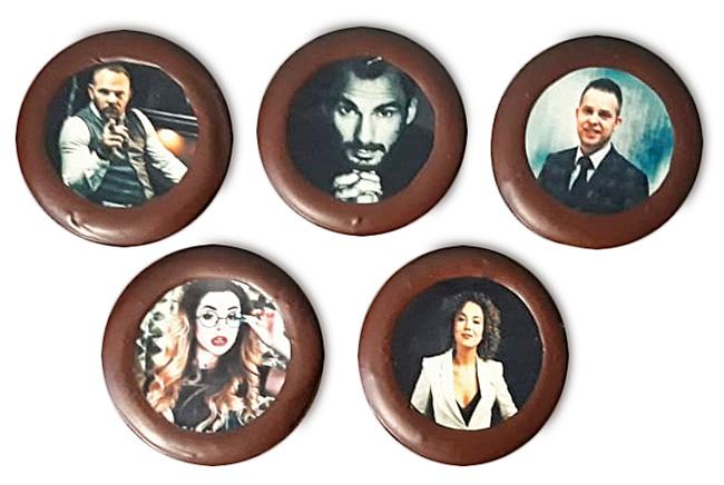Круглая шоколадка с полноцветной печатью портрета. Такая же печать возможна на печенье