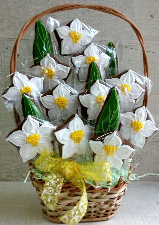 Печенье, расписанное глазурью на 8 Марта
