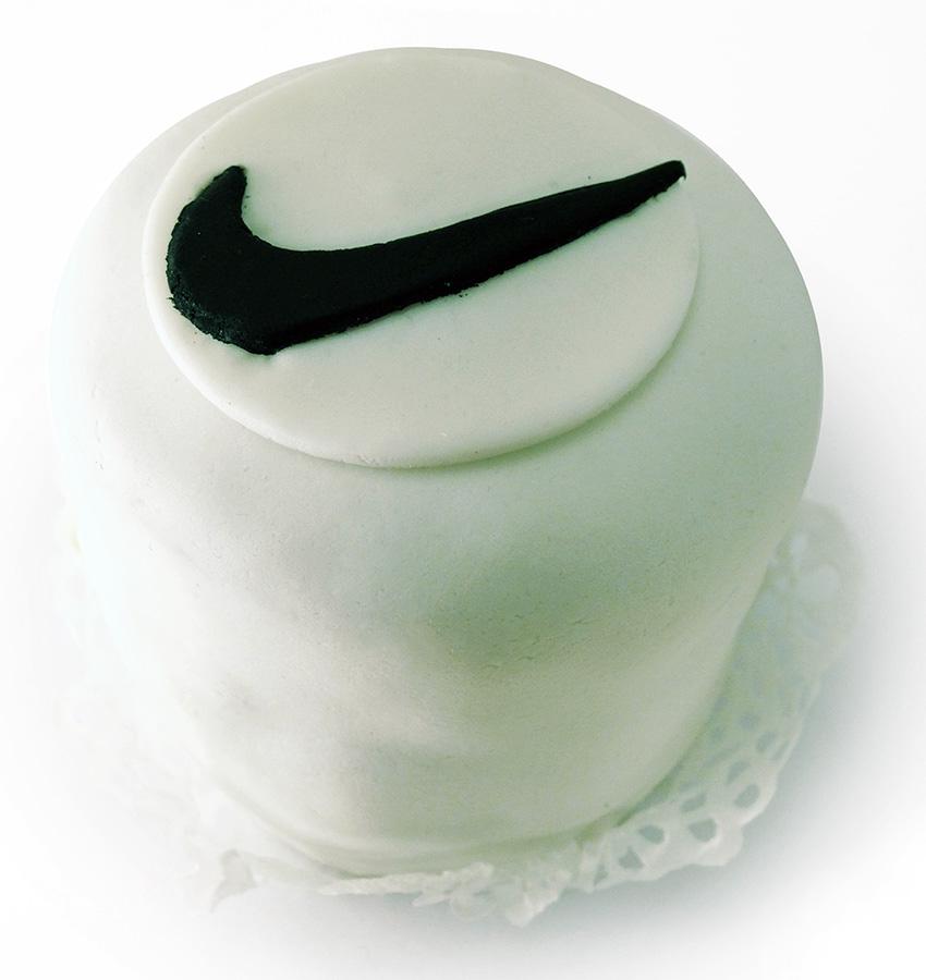 Пирожные и капкейки с логотипом