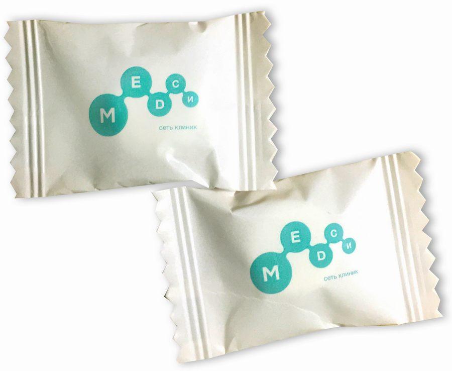 Конфеты в упаковке флоу-пак с логотипом сети клиник Медси