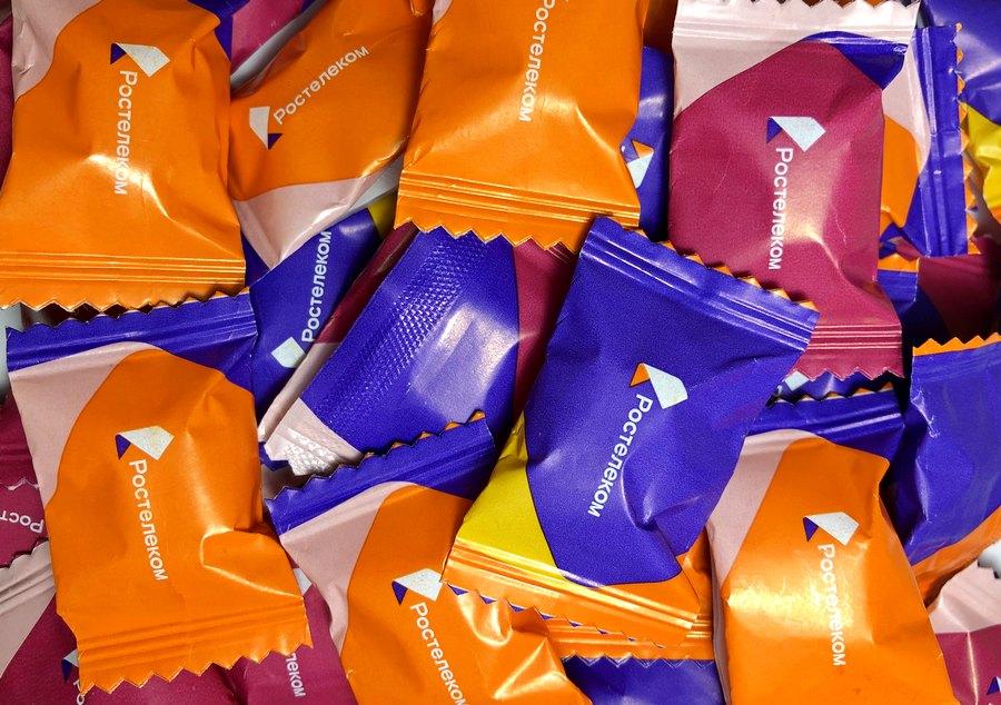 Конфеты в упаковке флоу-пак с логотипом Ростелекома