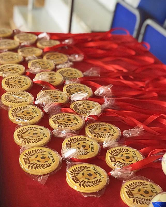 Круглые леденцы-медали с полноцветной печатью. Футбольный турнир мебельной компании Эстетика