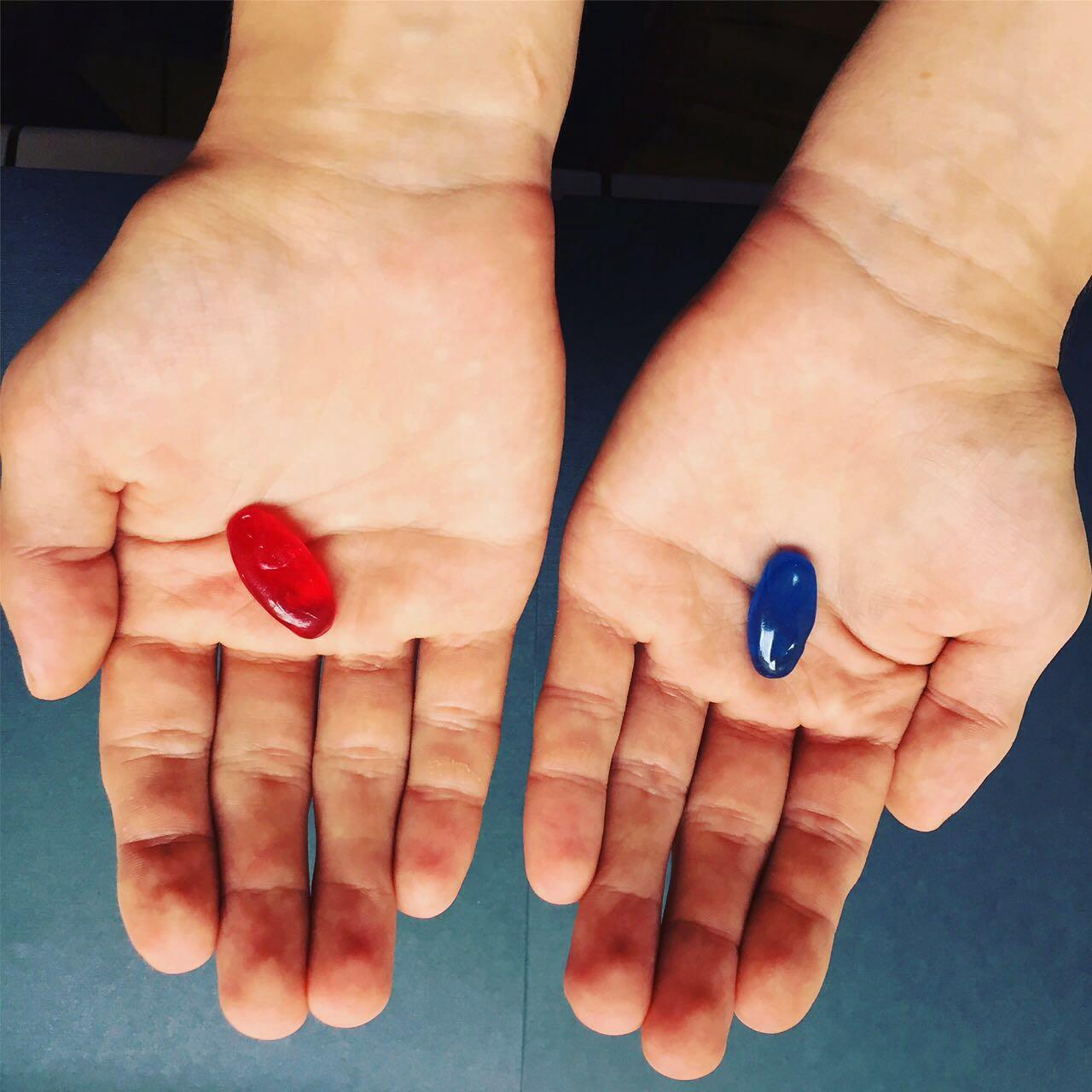 Красные и синие таблетки в подарок медработникам