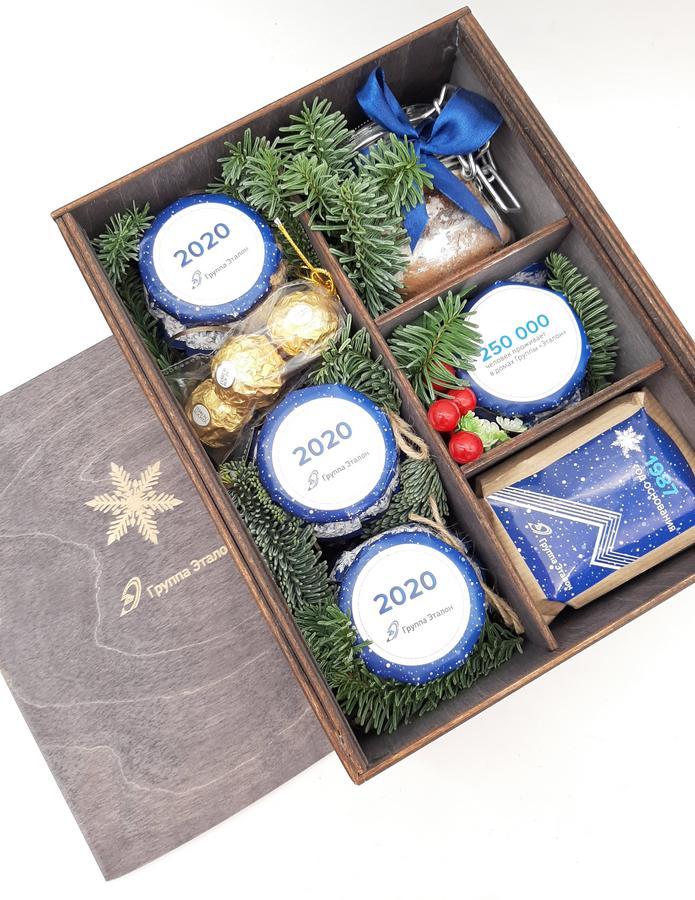 Новогодний подарочный набор в деревянном ящике с символикой группы Эталон
