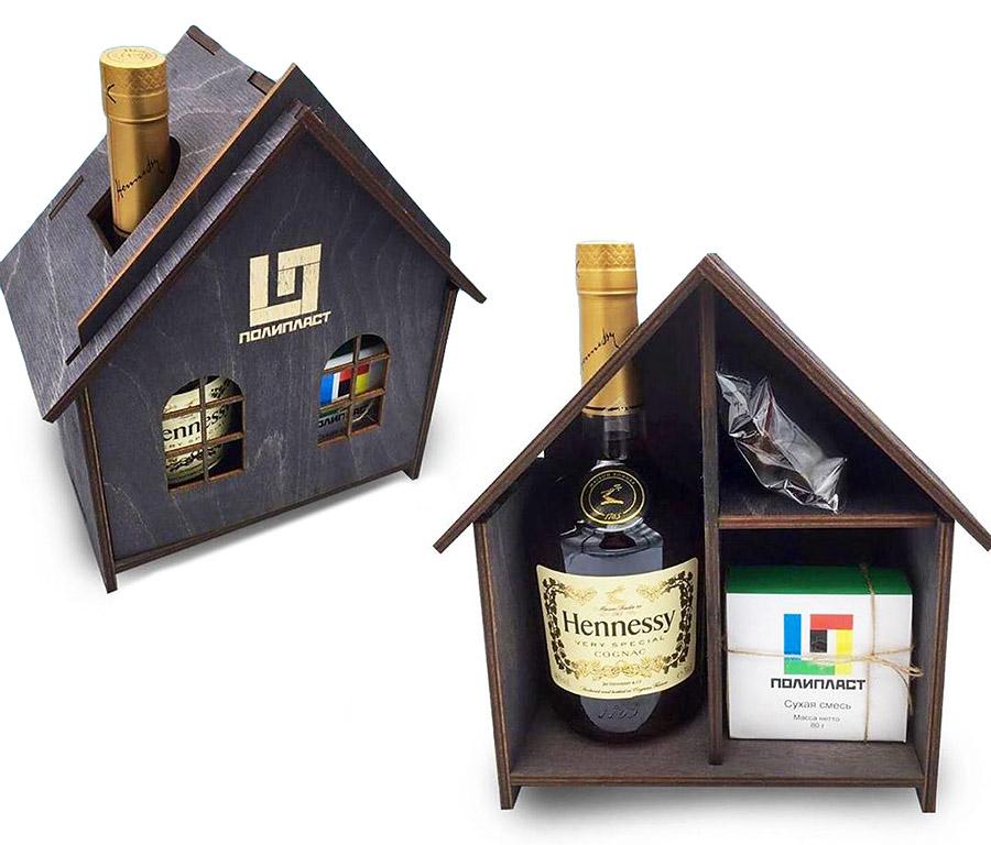 Подарочный набор в деревянном домике с логотипом Полипласта: коньяк, орехи и вишня в шоколаде