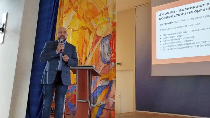 Тимофей Смоленский в МАГУ читает лекцию о сенсорном маркетинге