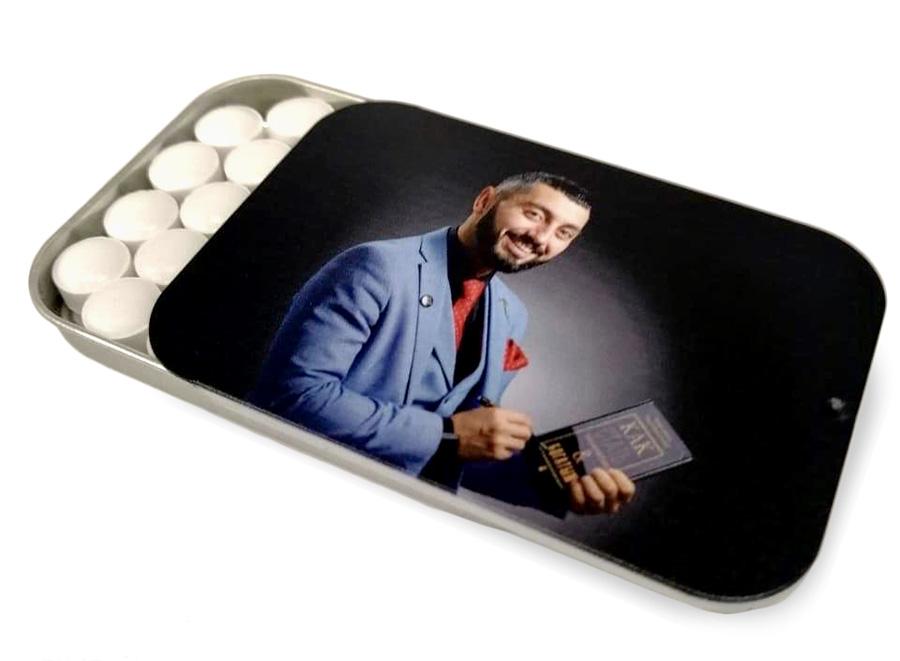 Освежающее драже в банке с крышкой-слайдером и портретом Чермена Дзотова