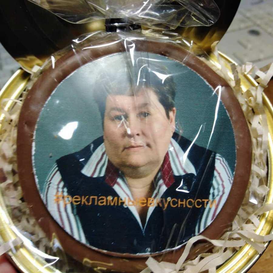 Ия Имшинецкая и круглый шоколад с полноцветной печатью ее портрета. Фото: instagram.com/imshinetskaya