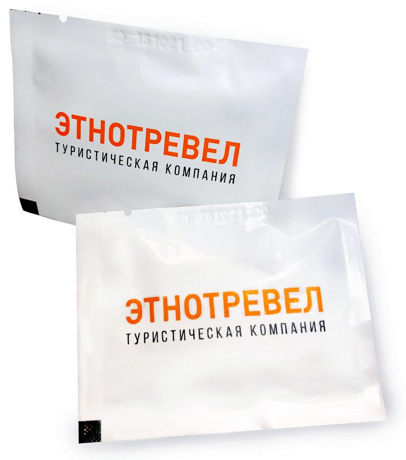 Влажные салфетки в индивидуальной упаковке с логотипом туристической компании Этнотревел