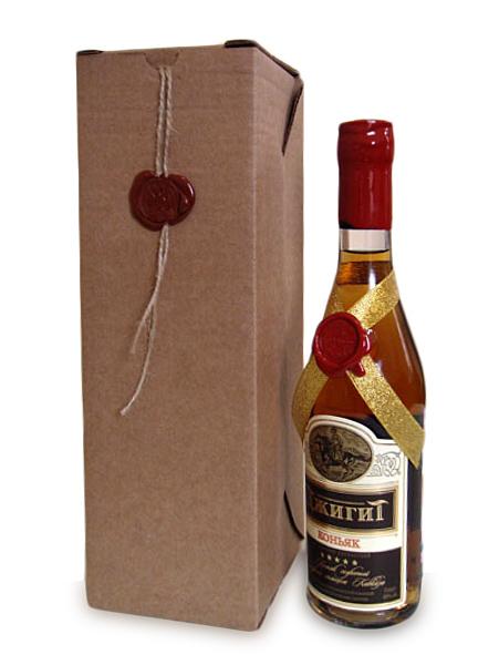 Бутылка, украшенная сургучной печатью