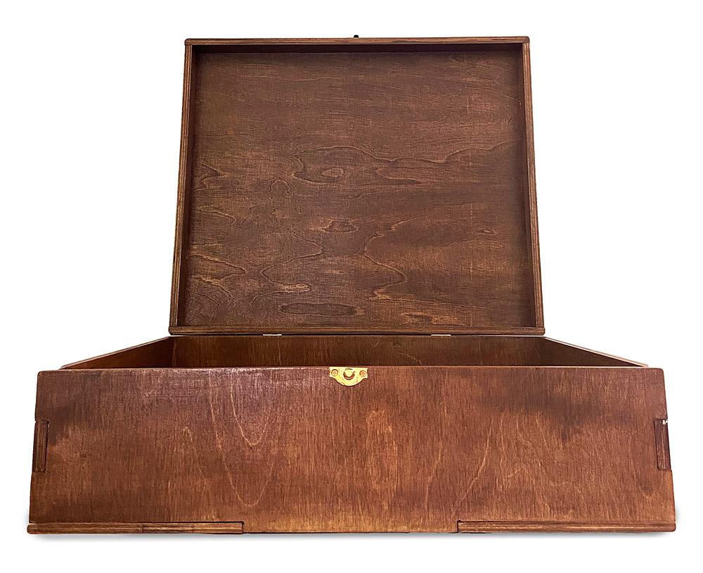 Деревянный ящик с логотипом Limied Family Office