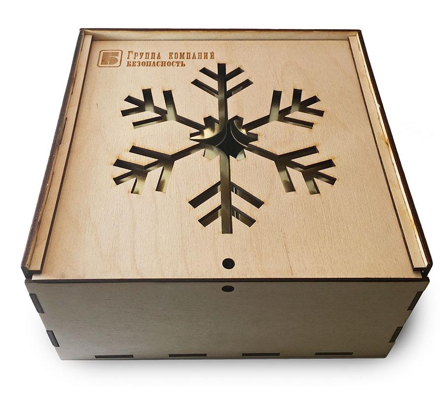 Деревянная коробка с символикой группы компаний Безопасность на Новый год