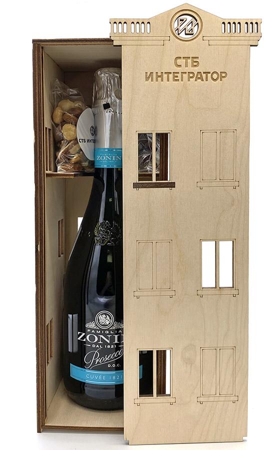Подарочный набор на День строителя СТБ Интегратор в деревянном ящичке. Виски, шампанское, орешки, вишня в шоколаде
