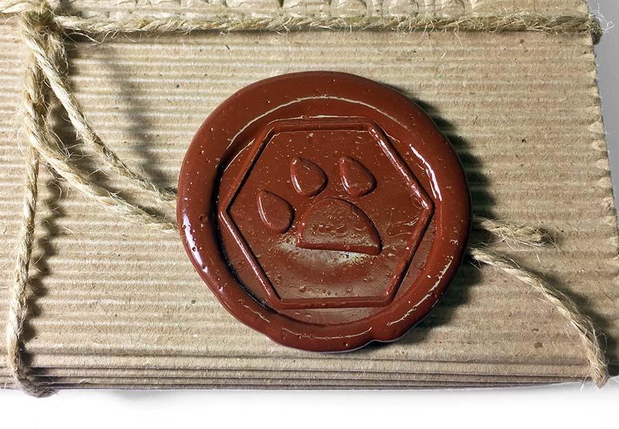 Коробка, украшенная сургучной печатью