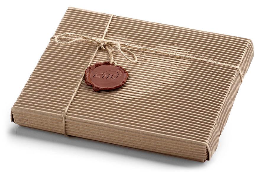 Сургучная печать с логотипом на подарке