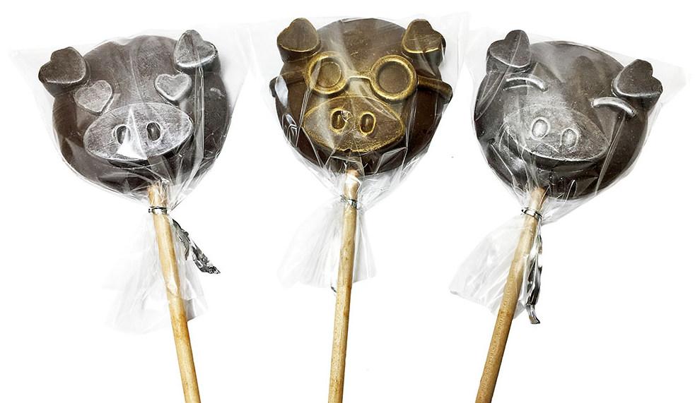 Шоколадная фигурка свиньи на палочке