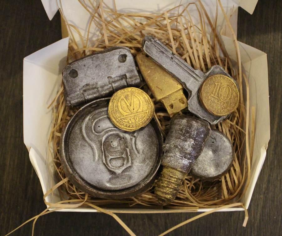Набор шоколадных фигур: ключ, флешка, монета, лампочка, петля, жетон метро