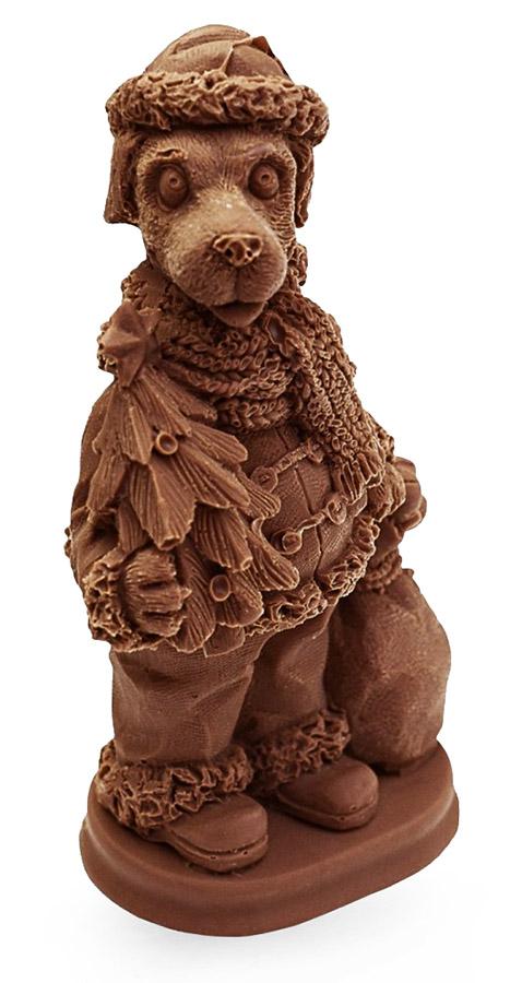 Шоколадная фигура пса в костюме Деда Мороза
