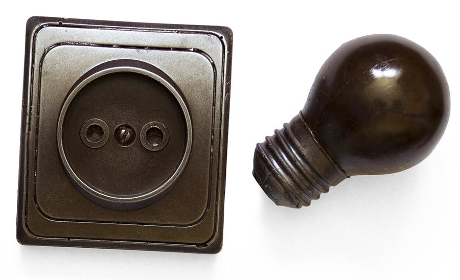 Розетка и лампочка из шоколада