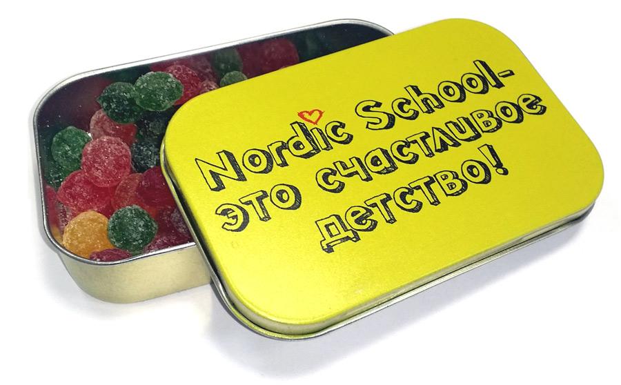 Освежающие конфеты в прямоугольных металлических баночках с логотипом