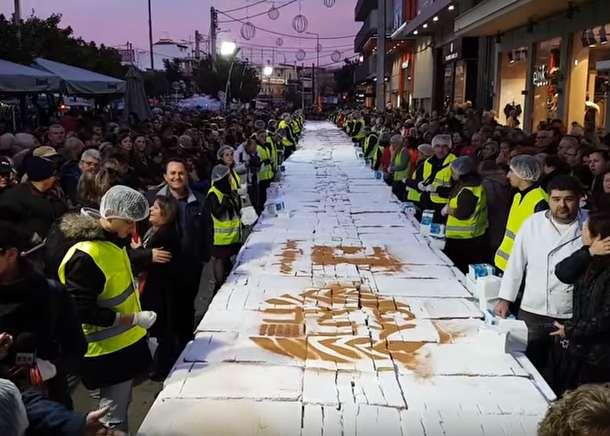 Огромный новогодний торт приготовили в Афинах