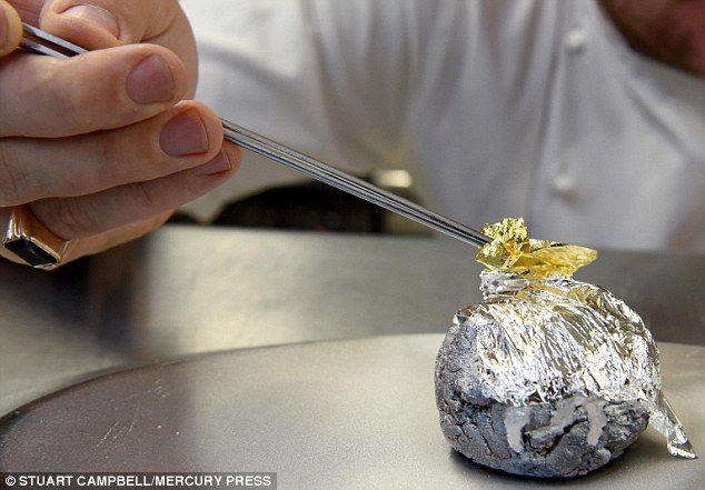 Рождественский пудинг с 23-каратным золотом приготовили в Британии