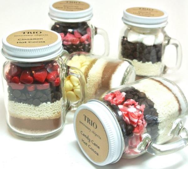 Конфеты, освежающее драже, мёд, чай, кофе в стеклянных баночках